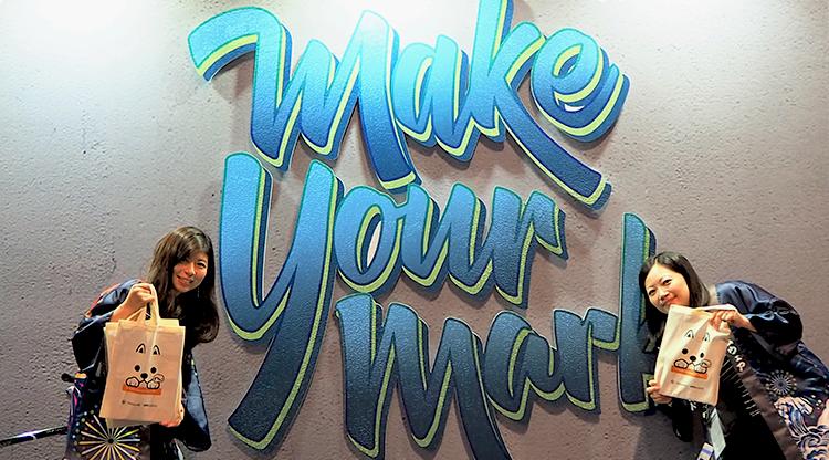 VMware社のテーマ「Make your mark」の前でパチリ